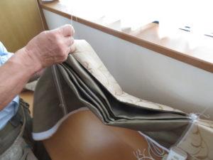 新しいカーテン生地に昇降コードを通す①