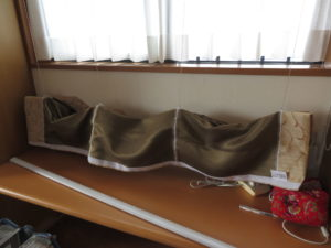 新しいカーテン生地に昇降コードを接続