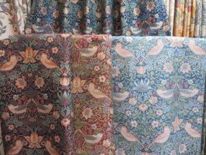 ウィリアム・モリス デザインの「いちご泥棒」カーテン生地見本4色
